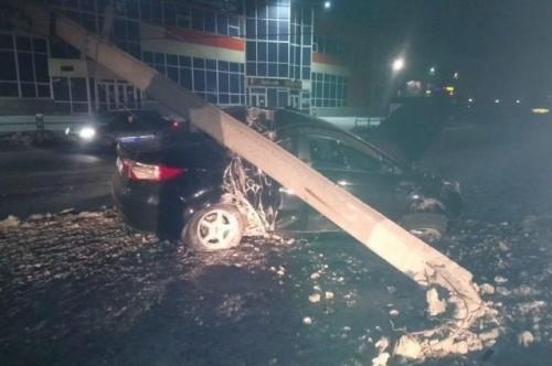 Взял столб на таран. 21-летний водитель иномарки не справился с управлением