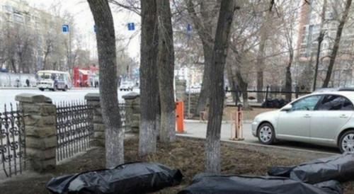 «В морге места закончились». В Челябинске листву на субботнике складывали в мешки для трупов