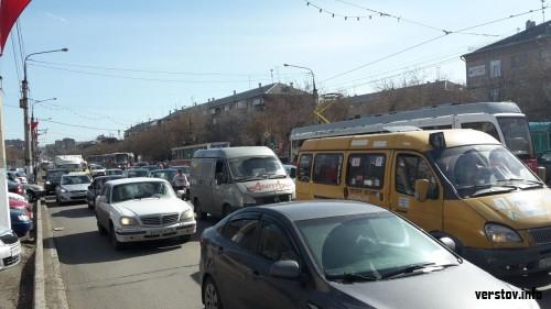 Спешишь – перепрыгни! В Магнитогорске устроили транспортный коллапс