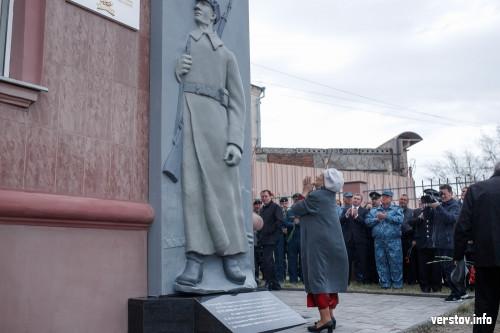 В память о чекистах Магнитки. После реставрации открыли барельеф сотрудника органов госбезопасности
