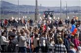 «Бессмертный полк» сам выбирает маршрут. Многие участники шествия отправились к Вечному огню и монументу «Тыл-Фронту»