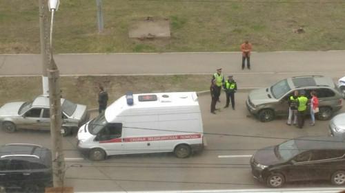 Вышла из машины и попала под колеса. Автоледи сбили на глазах у сотрудников ГИБДД