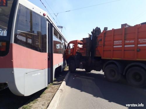 «Встреча» тяжеловесов. На Советской столкнулись мусоровоз и трамвай
