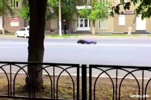 За здоровый образ жизни. Суровый житель Магнитогорска показал горожанам «мастер-класс» по отжиманию на проезжей части