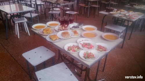 «Вкусняшка!» В городских школьных лагерях дети вбегают в столовые с радостными возгласами
