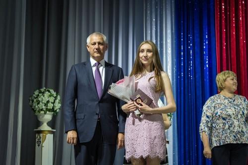 Лучшие из лучших. Магнитогорским выпускникам вручили медали «За особые успехи в учёбе»