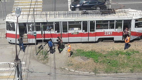 Пересекал проезжую часть не по правилам. В Магнитогорске трамвай сбил велосипедиста