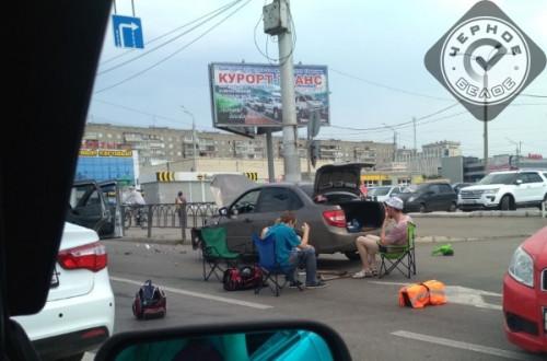Не надо напрягаться. В Магнитогорске участники ДТП решили отдохнуть в ожидании сотрудников ДПС