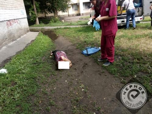 На улице Бориса Ручьёва госпитализировали женщину. Она выпала из окна