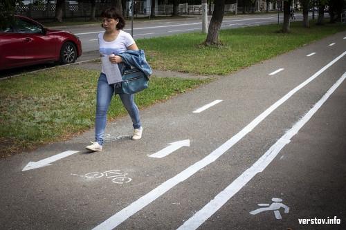 «Отжали» половину тротуара. Первая городская велодорожка связала экопарк и парк у Вечного огня