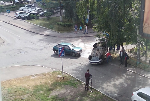 С колёс - на крышу. Утром в городе произошло ДТП с переворотом