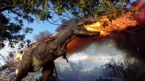 Остался только каркас. В башкирском динопарке сгорел тираннозавр Рекс