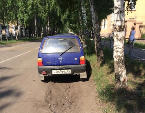 Штраф на всех – три тысячи рублей. В Магнитогорске за парковку на газоне привлекли трех человек