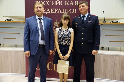 Из рук замглавы и полковника. В Магнитогорске 19 подросткам вручили паспорта