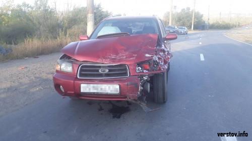 Неудачный поворот. После столкновения «Приора» смялась, а водитель потерял сознание