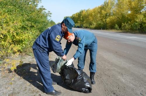 Чем чище лес, тем меньше огня. Пожарные очистили обочину дороги от мусора