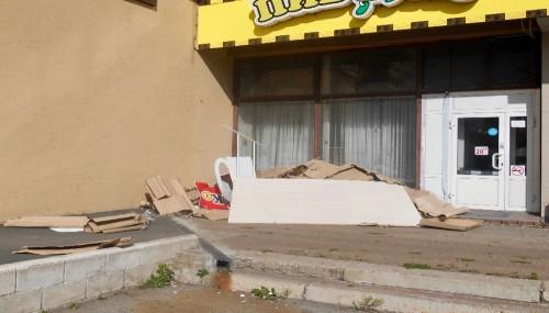 Предприниматель «украсил» вход у магазина. В Магнитогорске экологи из мэрии зафиксировали сброс ТКО