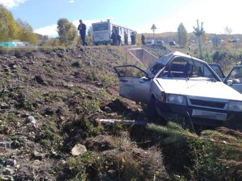 «Девятка» улетела в кювет. Один человек погиб в ДТП с автобусом, перевозившим детей, в Башкирии