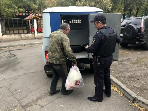 Участковый обнаружил бомжа. В Магнитогорске полицейский помог отправить бездомного в больницу
