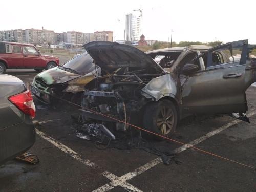 Ночью в Магнитке сгорели два автомобиля. Еще два - повреждены