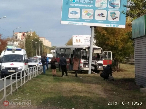 Отказали тормоза. В Магнитогорске автобус въехал в рекламную опору