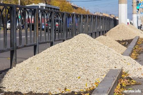 Эксперимент почти на 10 миллионов. На проспекте К. Маркса начали засыпать газоны щебнем и песком