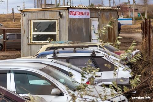 Один эвакуатор, ржавая будка и наспех организованная стоянка. Фирма, начавшая эвакуацию машин в Магнитке, пока не торопится