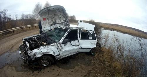 В автомобиле, утонувшем в озере, погибли два человека. Еще двое пассажиров спаслись