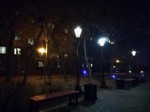 Заменили лампы и разбитые светильники. В нескольких скверах города снова светло