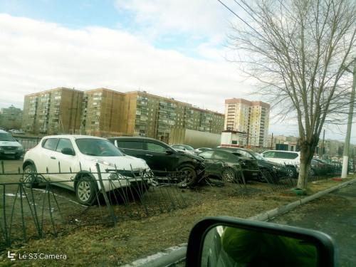 Водитель иномарки разбил несколько автомобилей. Все они были припаркованы на платной стоянке