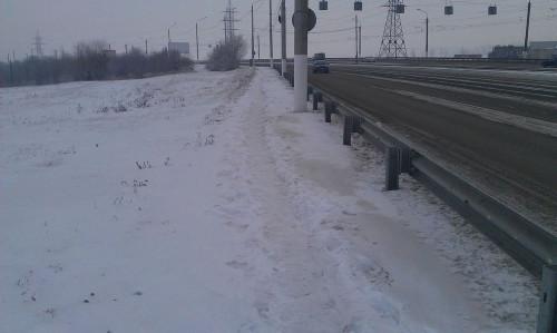 «Не нужно магнитогорцам на левый!» Житель города пожаловался на заваленные снегом пешеходные дорожки на Казачьей переправе