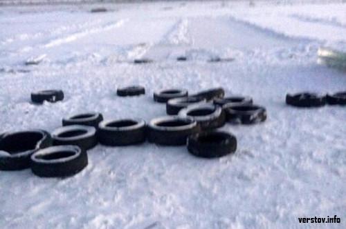 Новогодний «подарок». Рабочие, вырезавшие лёд для новогодних городков, оставили на озере горы мусора