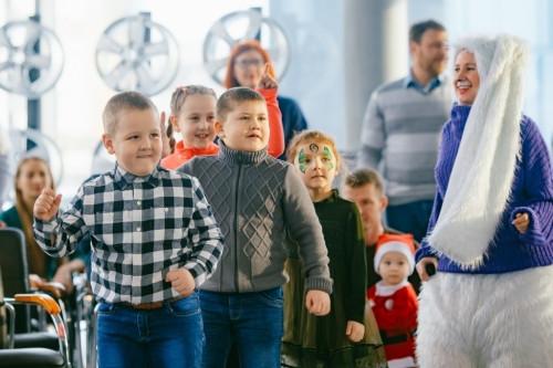Новый год для самых маленьких! В автосалоне ŠKODA детей встречали Дед Мороз и Снегурочка