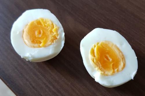 Приятного аппетита! Жительница Магнитки обнаружила червяка в только что сваренном яйце