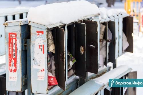 Газеты и квитанции со снегом. Жители многоэтажки не могут добиться переноса почтовых ящиков в подъезд