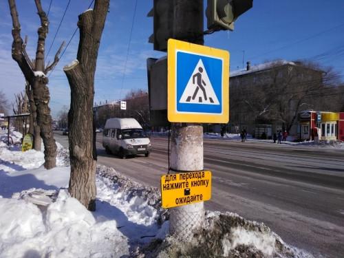 Пешеходы, нажимайте кнопку! К светофору на К. Маркса, 115 горожане еще не привыкли