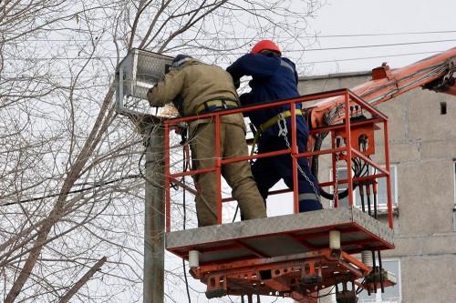 Вместо старого прожектора – два новых. В Магнитогорске осветили очередную хоккейную коробку