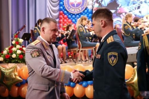 За доблесть. Глава МЧС России наградил спасателей, вытащивших Ваню Фокина из-под завалов