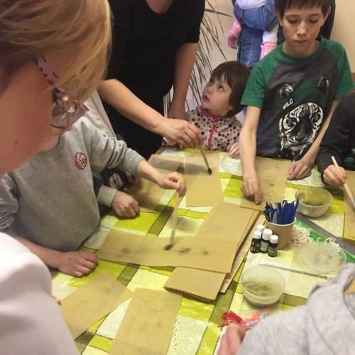 Свеча в подарок! Волонтеры организовали мастер-класс и шоу-программу для юных пациентов