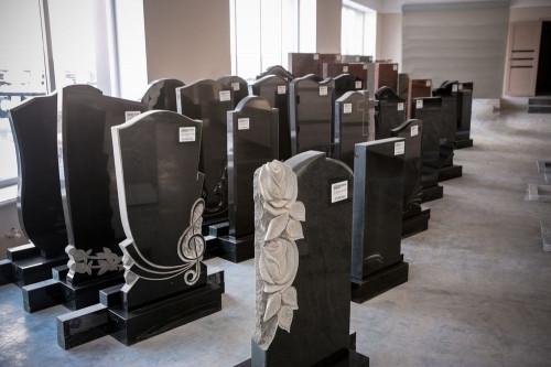 Более 1 500 памятников в наличии. Открылся самый крупный ритуальный магазин в городе
