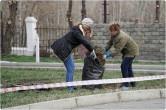 «Добрая и разумная традиция». Депутаты и чиновники провели субботник в одном из городских скверов.