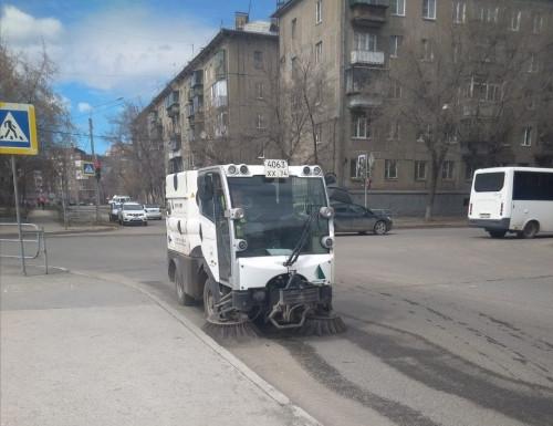 Подметают, поливают, собирают. За чистотой городских улиц следят сотрудники АО «Южуралмост»