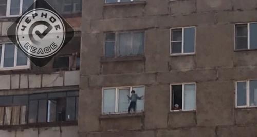 Вышел в окно многоэтажки. В Магнитогорске ребенок решил прогуляться по карнизу