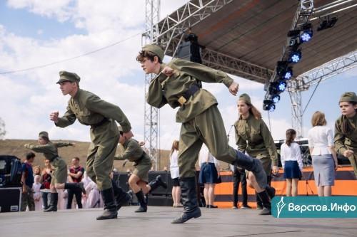 Отметили праздник танцем. В Магнитке прошел Бал Победы