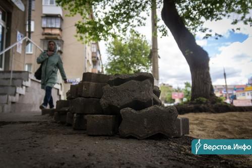 Теперь от Курантов до Комсомольской. Газоны на проспекте К. Маркса продолжают закатывать в плитку