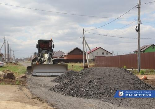 Временная мера. В Магнитогорске продолжают отсыпать поселковые дороги фрезерованным асфальтом