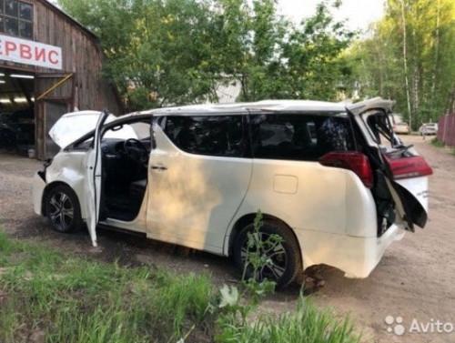 Тот самый минивэн Toyota Alphard. Представители ЦКС разбили в хлам дорогостоящий автомобиль