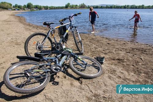 Дно очистили, воду проверили, скоро поставят зонты и шезлонги. Городские пляжи к купальному сезону готовы!