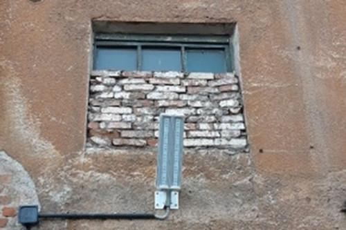 «Дети подземелья». В Магнитогорске в подъездах домов заложили окна