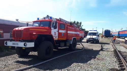 «Горел» вокзал с вагоном вместе. Магнитогорские пожарные тренировались тушить возгорания на железной дороге